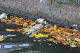 Plastic afval in zee
